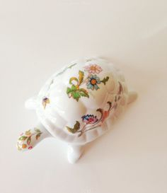 How adorable is this vintage turtle caldle box? Once the candle is done he can be used as a box! Turtle Pattern, Candle Box, Delta Zeta, Theta, Turtles, Piggy Bank, Room Ideas, Candles, Vintage