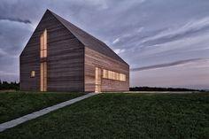 Houten gevelpanelen die het licht filteren. Zomerhuisje in Southern Burgenland (Austria), Judith Benzer Architektur.