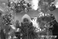 Девочку у витрины магазина в 1967 году сфотографировала Галина Киселева.