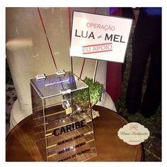 Ontem foi o casamento da querida @tayanafarath e nós participamos em alguns detalhes da linda festa! Essa foi a urna em acrílico usada para a operação Lua de Mel dos noivos!! ✈️☀️ #urnaemacrílico  #decoração #instagood #delicadeza #luxo #decor #feitoamão #instadecor #arte #artesanato #designer #casamento #mimos #delicadeza #bomgosto #operaçãoluademel #casamentotayematheus  (Urna acrílica: tamanho da base 20cm e altura 30cm)