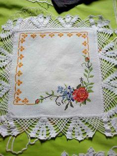 Para hacer en cuadros de tela Cross Stitch Rose, Cross Stitch Embroidery, Cross Stitch Patterns, Crochet Borders, Chrochet, Crochet Flowers, Art Projects, Diy And Crafts, Lily