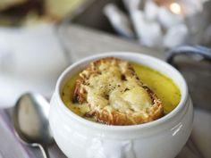 Französische Zwiebelsuppe ist ein Rezept mit frischen Zutaten aus der Kategorie Gemüsesuppe. Probieren Sie dieses und weitere Rezepte von EAT SMARTER!