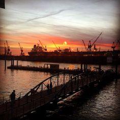 #sun #sunrise #hamburg #fischmarkt #fischmarkthamburg #elbe #blohmundvoss #sky #clouds #welovehh #welovehamburg #igershh #igergermany #igers