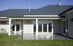 Dark grey colorbond roof is a beautiful contrast with the light hardy plank exterior. Weatherboard Exterior, Colorbond Roof, Grey Exterior, House Paint Exterior, Exterior House Colors, Exterior Design, Exterior Color Schemes, House Color Schemes, Hamptons Style Homes