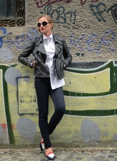 Leather kacket and masculine shirt for a street style fashionable look