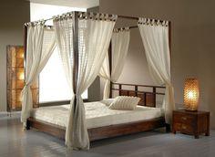 un lit à baldaquin en bois et romantique avec des voiles blancs