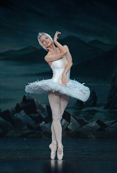 Ballerina Irina Kolesnikova - St Peterburg Ballet Theatre -Swan Lake - London Coliseum - Photo by Dave Morgan Ballet Images, Ballet Pictures, Dance Pictures, Ballet Painting, Ballet Art, Ballet Dancers, Ballerinas, Ballerina Kunst, Swan Lake Ballet