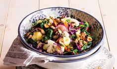 Uma salada morna de feijão-frade e couve-flor ideal para uma refeição vegetariana. Os legumes levemente cozidos e crocantes são envolvidos em azeite e sal.