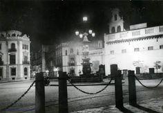 Plaza Virgen de los Reyes ( Sevilla ) en una estampa Nocturna de 1935 .