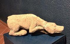 Cane che punta cm 29 x 49 x 10 Trachite grigia Anno 1974