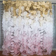 Este precioso oro y telón de fondo de blush ombre papel garland sería un acento impresionante para cumpleaños, bodas o cualquier otra ocasión especial. Esta guirnalda aireada captura luz maravillosamente para crear un escenario caprichoso para cualquier evento. La muestra presenta