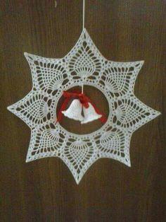 What a beautiful Christmas wreath - Salvabrani Crochet Christmas Wreath, Crochet Christmas Decorations, Christmas Crochet Patterns, Crochet Snowflakes, Christmas Snowflakes, Christmas Wreaths, Christmas Ornaments, Thread Crochet, Crochet Doilies