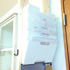 4LDKのインスタ→gracieuxmasa/モノトーン/DIY/IKEA/KVISSLE…などについてのインテリア実例を紹介。「学校のおたよりが増えるのを機に、書類整理コーナーを作りました。 リビングのドアと家具の隙間に、ディアウォールの柱を立てて、そこにIKEAのKVISSLEを取り付け。 このラックは、真ん中に穴が空いていて、小さな手紙が落ちてしまうので、お便りはクリアファイルに入れてから収納しています。 さらにクリアファイルの表に、お便りの種類を印刷した紙を入れて、スッキリ目隠し。」(この写真は 2016-09-03 09:38:38 に共有されました)