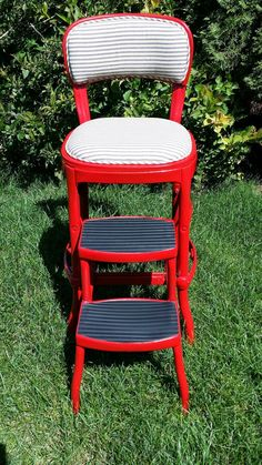 I picked up this vintage metal step stool at the World's Longest Garage Sale . It didn't look like this when I bought it. Vintage Metal Chairs, Vintage Stool, Chaise Vintage, Painted Metal Chairs, Antique Metal, Kitchen Step Stool, Kitchen Stools, Step Stools, Diy Stool