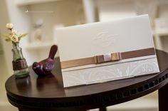 Convite de casamento clássico e elegante com laço Chanel duplo.
