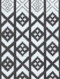Avteikna mønster som truleg er i frå ei stolpetrøye frå Selje kommune i Nordfjord. Her er dei loddrette stolpane i heilt svart utan mønster inni. I stolpane er krossane plassert slik at dei dannar diagonale liner saman med krossane i stolpen ved sidan av. Mønsteret finst i arkivmaterialet som er samla om rosatrøyer i Nordfjord på museet.