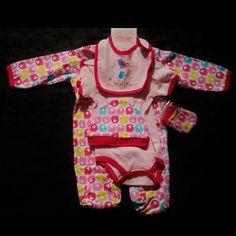 ensemble bébé fille 5 pièces  contenant : un pyjama + 1 body + 1bavoir + 1 bonnet + 1 paires de gants