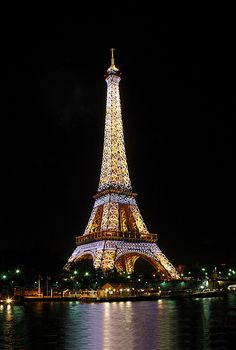 Eiffel Tower by night - I love Paris. Torre Eiffel Paris, Paris Eiffel Tower, Oh Paris, I Love Paris, Paris Travel, France Travel, Beautiful Places To Visit, Wonderful Places, Aesthetic Photography Nature