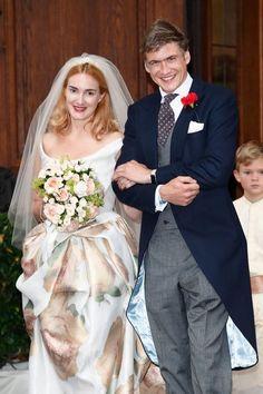 Brautmode: 13. September 2014: Maria Theresia von Thurn und Taxis heiratet in einem Kleid von Kult-Designerin Vivienne Westwood Hugo Wilson. Die cremefarbene Seide des Kleides ist mit Pastell-Rosen bedruckt und damit nicht nur weiß.