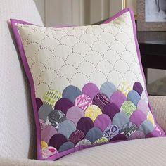 Free sewing and quilting project and pattern, Coats and Clark Dual Duty XP Paper piecing, bold hand quilting clamshell pillow Quilting Projects, Quilting Designs, Quilting Templates, Quilt Patterns, Sewing Projects, Quilting Ideas, Patchwork Designs, Patchwork Cushion, Quilted Pillow