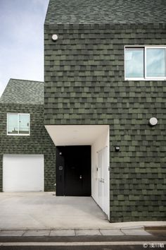 An irregular form split into three to cope with the possibility of giving up a part of the property because the city's road-building plans. In Housecut by Starpilots each volume has its own entrance. Brick Cladding, House Cladding, Cladding Tiles, Brickwork, Facade Architecture, Residential Architecture, Exterior Design, Interior And Exterior, House Tokyo