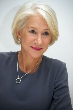 Haircuts Trends Helen Mirren at the 'Trumbo' Press Conference at the Four Seasons Hotel on October 2015 in Beverly Hills, California. Discovred by : jacqueline samoy Mom Hairstyles, Older Women Hairstyles, Short Bob Hairstyles, Haircuts, Ponytail Hairstyles, Chanel Corte, Helen Mirren Hair, Haircut Trends 2017, Short Hair Cuts