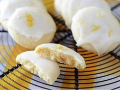 Křehké citrónové cukroví s citrónovou polevou. Cookie Desserts, Just Desserts, Cookie Recipes, Delicious Desserts, Yummy Food, Lemon Desserts, Dessert Recipes, Yummy Eats, Baking Recipes