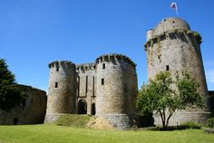 One of the most impressive medieval remains. Settled in the middle of a marvellous forest on a rock dominating the river Leguer, it now stands as a proud witness of Brittany's Heritage and is a magnificent monument of military architecture from the Middle Age. Tel : +33 (0)6 18 15 34 99 contact@tonquedec.com