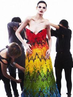 Robe réalisée avec 50 000 oursons #Haribo en hommage à Alexander McQueen #mode #bonbon