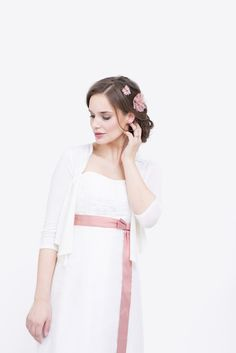 noni noni Lieblinge | schlichtes elegantes Strickjäckchen zum trägerlosen Brautkleid mit besticktem Oberteil…
