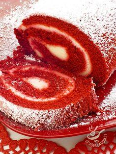 Il Rotolo Red Velvet è un dolce che stupirà i vostri commensali: una soffice pasta rossa che racchiude un morbido cuore di crema al mascarpone. #rotoloalmascarpone