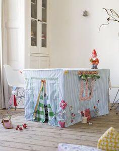 Un'idea bellissima e semplice per divertire i nostri bimbi in casa magari quando fuori piove ... una stoffa copritavolo lunga lunga, un taglietto verticale per fare la porticina, un buchino per fare la finestra ed ecco una casa dove nascondersi e rifuguarsi, per guardare senza essere visti!