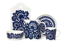 Arabialta uusi astiasarja - rakastettu kuvio tekee paluun---Esteri Tomulan alunperin vuonna 1973 suunnittelema kukkaornamenttikuvio on nyt siirretty moderniin Esteri-astiasarjaan. Scandinavian Pattern, Scandinavian Design, Love Blue, Blue And White, Dish Sets, Marimekko, Home Deco, Finland, Stuff To Do