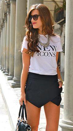 เสื้อยืดสกรีนตัวอักษร สีขาว NEW ICONS H&M, กระโปรงกางเกงสีดำ Zara, รองเท้า Tahari, กระเป๋า ALDO