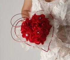 brooch bouquet with flowers diy unique Flower Garland Wedding, Red Bouquet Wedding, Wedding Brooch Bouquets, Diy Bouquet, Bridal Flowers, Rose Bouquet, Floral Bouquets, Long Veils Bridal, Valentine Bouquet
