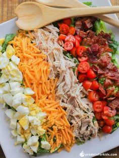 This Chopped Cobb Salad has quickly become a new favorite. The benefit to chopping the ingredients up into bite sized pieces is that the salad will be easier to handle and to eat, so it's great for kids of all ages. Chopped Cobb Salad, Italian Chopped Salad, Chopped Salad Recipes, Chicken Salad Recipes, Healthy Salad Recipes, Chef Salad Recipes, Mexican Chef Salad Recipe, Salad With Chicken, Keto Taco Salad