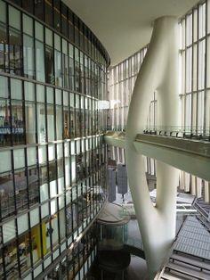 大阪近來最令人驚豔的建設,是大阪JR車站北邊,也就是昔日的「後車站」地區,原本是JR鐵道的整備地,如今整體開發更新,成為數棟大樓組合而成的Grand Front Osaka, 這個更新開發案,媲美東京Mid-town地區,不僅有設計精美的商店街空間,更有安藤忠雄設計的廣場開放空間,改變了整個後車站地區,也爲市民創造出更多美好的環境!圖爲Grand Front Osaka商場內獨特的建築結構,被稱作是「許願骨」(wish bone)。