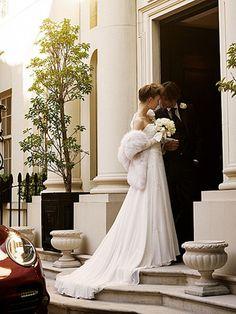 派手すぎず大げさすぎない、スタイリッシュなドレスに身を包んで ビーズ刺しゅうの美しいドレスにファーをはおって、彼の運転する車で会場へ。柔らかなドレスの質感がとても優雅です。彼もシンプルなスーツでシックに。花嫁/ドレス¥735,000[レンタル料¥525,000](ドゥ アンディオール 銀座)、ファーのストール(ロイヤル チエ)、ピアス(グロッセ・ジャパン)、手袋(カナジ・カンパニー)、花婿/スーツ一式 レンタル商品(カルロ ピニャテッリ/シーピー コーポレーション)
