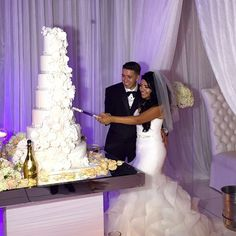 This #wedding #cake is beautiful! Would change color of roses though