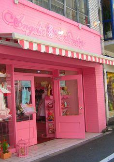 mireia: una fachada sencilla pero me encanta su color rosa que te atrae para que entres.