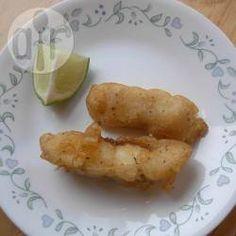 Frittierter Fisch mit Bier-Tempura-Panade -  Tempura ist eine knusprige japanische Panade, die ganz simpel aus Ei, Mehl und kohlensäurehaltigem Wasser zubereitet wird. In diesem Rezept habe ich anstatt Wasser ein dunkles obergäriges Bier verwendet.@ de.allrecipes.com