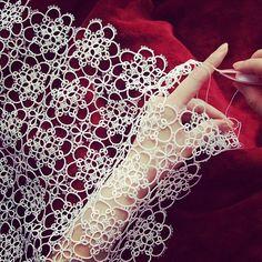 記念の40枚目pic(*^^*) お気に入りの一枚です✨✨ 実際はこんな優雅にタティングしてるわけではないのだけれどw 花嫁さんのベールみたいに手にタティングを纏ってみました(o^^o) 撮影は母上(o^^o)去年の今頃のpicでふ  #tatting #motifs #handmade