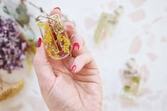 Resin DIY Ideen: Schlüsselanhänger aus Kunstharz und Trockenblumen Diy Interior, Gemstone Rings, Gemstones, Plastic Resin, Diy, Tutorials, Flowers, Gems, Jewels