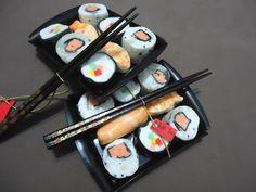 Saboneteira de plástico com 8 sabonetes em formato de sushi variados / sashimi (essência oriental) e 1 par de hashis preto com dourado. Saboneteira preta ou branca. R$ 30,00