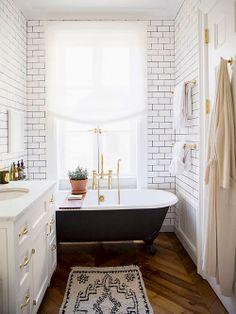 Banheiro com Banheira de Pé.