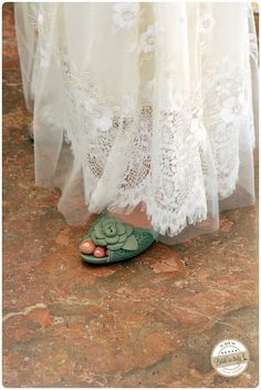 The handmade green leather open-toe shoe is so romantic and quite perfect for this boho chic dress, ph Holman Photography http://www.brideinitaly.com/2013/10/holmanvenice.html #italianstyle #wedding