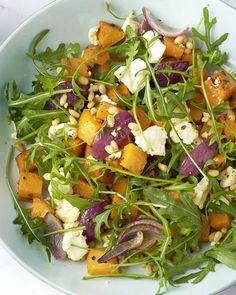 Een heerlijke en vegetarische ovenschotel die je op één enkele bakplaat maakt. De nog gemakkelijkere variatie van een éénpansgerecht dus! Een heerlijke combinatie van geroosterde pompoen met ras el hanout, krokante pijnboompitten en zoutige feta die er zachtjes over smelt. Al aan het watertanden? Aan de slag! Veggie Recipes, Healthy Recipes, Ras El Hanout, Vegan, One Pot Meals, Seaweed Salad, Food And Drink, Veggies, Low Carb