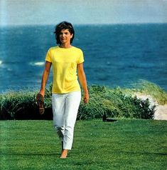 Jackie Kennedy timeless - slim white slacks and a bright summer tee; windblown hair and barefoot. Jacqueline Kennedy Onassis, John Kennedy, Jackie Kennedy Style, Les Kennedy, Jaqueline Kennedy, Love Her Style, Looks Style, John Junior, Jfk Jr