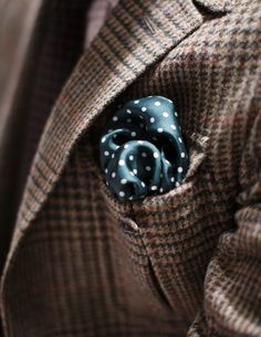 Play with contrasts: colors and fabric thickness. Green silk polka dot this time with a tweed jacket.