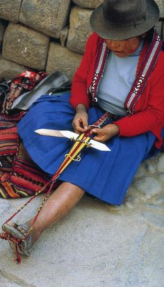 Cuzco, Peru - small-scale version of the back-strap loom is used to weave braids in the streets Weaving Tools, Hand Weaving, Finger Weaving, Shirt Makeover, Hairpin Lace, Braids With Weave, Weaving Textiles, Folk, World Cultures